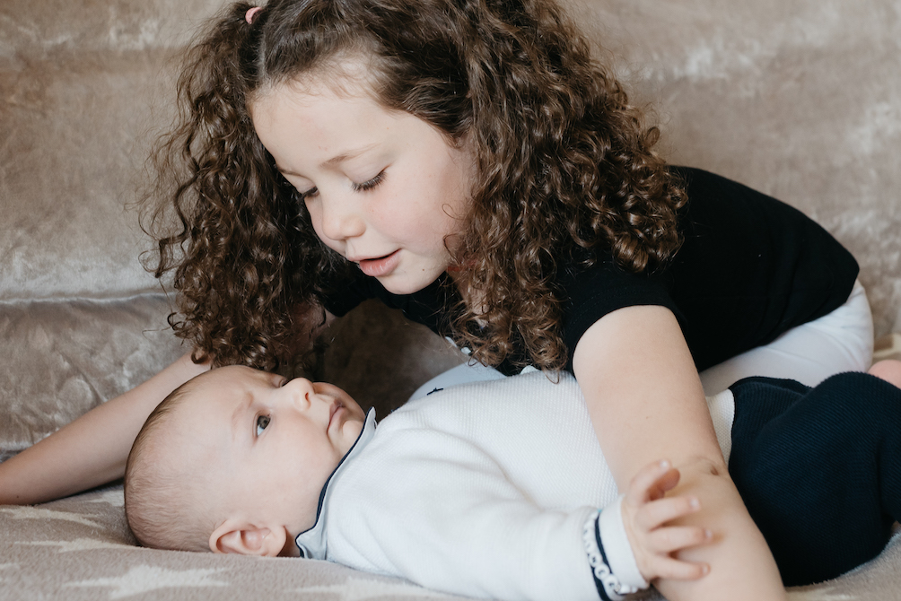 Familienfotografie-Familienshooting-Homeshooting-Babyshooting-Familienfotograf-München-Lockenkopf